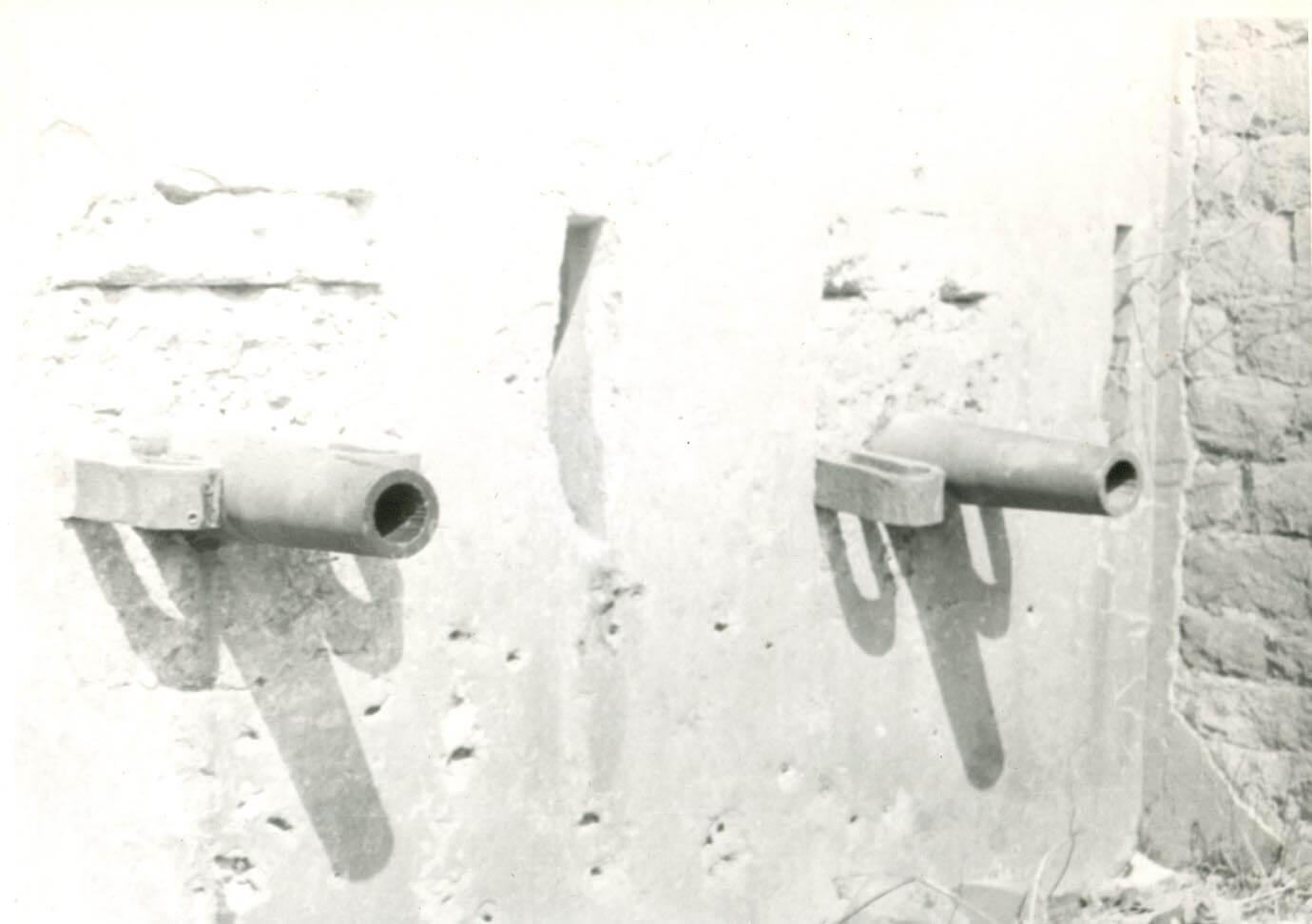 Фотография. Вмурованные в кофр 4-х фунтовые пушки