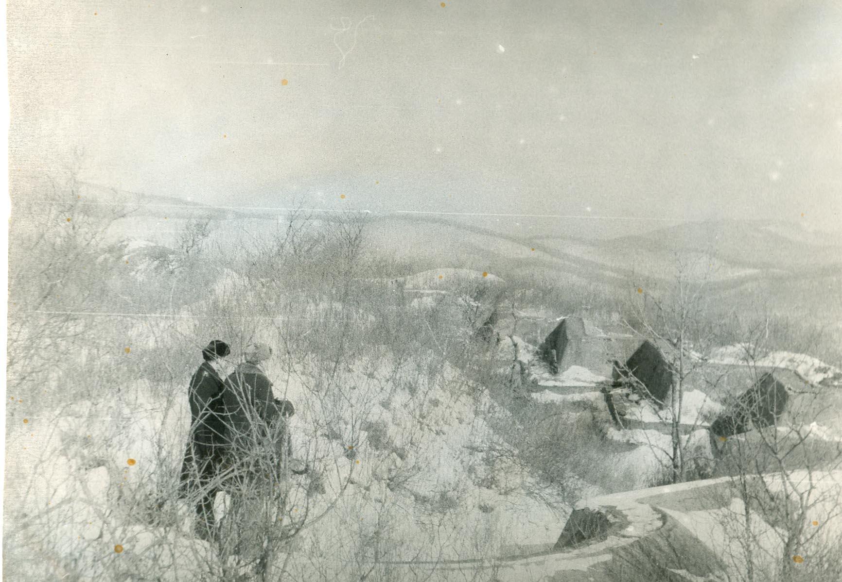 Фотография. Виктор Обертас осматривает бруствер, Форт № 1